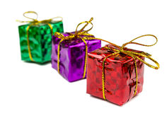 在白色背景和玩具隔绝的圣诞节礼物 免版税库存图片