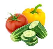 在白色背景和甜椒隔绝的蕃茄、黄瓜 黑色成份莴苣橄榄沙拉攫取糖蕃茄 库存图片