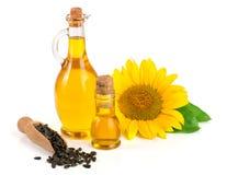 在白色背景和花隔绝的向日葵油、种子 免版税库存照片