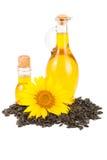 在白色背景和花隔绝的向日葵油、种子 库存图片