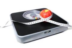 在白色背景和苹果隔绝的磁带 库存图片