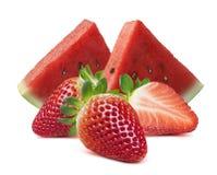 在白色背景和草莓隔绝的西瓜切片 免版税库存照片