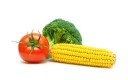 在白色背景和蕃茄隔绝的硬花甘蓝、玉米 免版税库存照片
