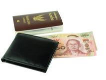 在白色背景和黑钱包隔绝的护照、金钱 库存照片