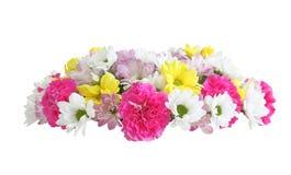 在白色背景在婚礼之日隔绝的新娘冠状头饰的花的布置 免版税库存图片