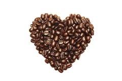 在白色背景在心脏形状的咖啡豆隔绝的 免版税库存图片
