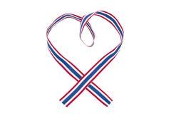 在白色背景在心脏形状的泰国全国颜色丝带隔绝的 库存照片