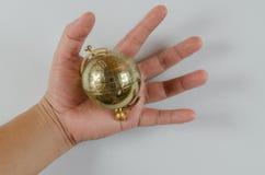 在白色背景在手中隔绝的金球奖 库存照片