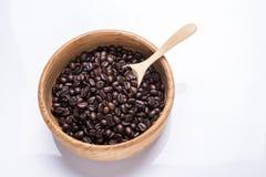 在白色背景在碗木的咖啡豆隔绝的 图库摄影