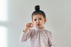 在白色背景小年轻反复无常的女孩的画象有a的 库存照片