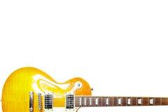 在白色背景底部的柠檬镶有钻石的旭日形首饰的经典电吉他,与大量拷贝空间 库存照片