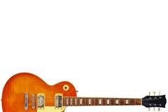 在白色背景底部的蜂蜜镶有钻石的旭日形首饰的葡萄酒电吉他,与大量拷贝空间 免版税库存照片