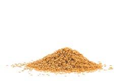 在白色背景或油麻隔绝的堆金黄亚麻籽 免版税库存图片