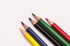 在白色背景放置的五支颜色铅笔 免版税库存照片