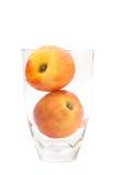 在白色背景桃子隔绝的杯 库存图片