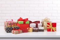 在白色背景正面图的礼物盒 婚礼邀请,贺卡为母亲` s天 美好的生日 免版税库存图片