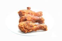 在白色背景油煎的鸡腿 免版税库存照片