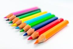 在白色背景特写镜头的颜色铅笔 免版税库存照片