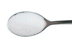 在白色背景白糖隔绝的一匙 库存照片
