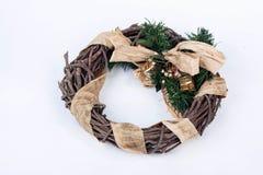 在白色背景的一个传统圣诞节花圈 免版税图库摄影