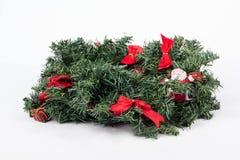 在白色背景的一个传统圣诞节花圈 库存图片