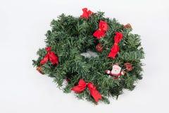 在白色背景的一个传统圣诞节花圈 图库摄影