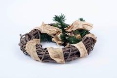 在白色背景的一个传统圣诞节花圈 库存照片