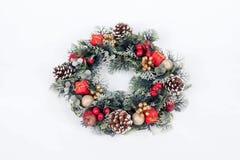 在白色背景的一个传统圣诞节花圈 免版税库存图片