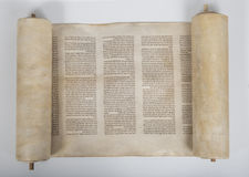 在白色背景的一个古老torah纸卷 库存照片