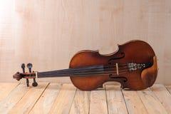 在白色背景的一个小提琴图象 免版税库存图片
