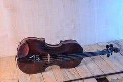 在白色背景的一个小提琴图象 库存图片