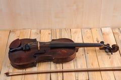 在白色背景的一个小提琴图象 图库摄影