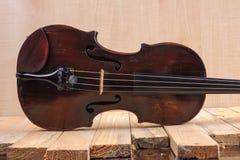 在白色背景的一个小提琴图象 库存照片