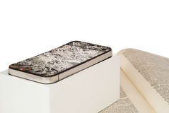 在白色背景的一个残破的智能手机 库存照片