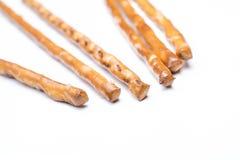 在白色背景的一些椒盐脆饼Saltsticks 免版税库存图片