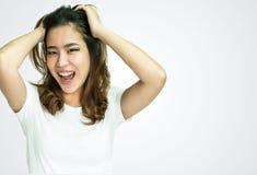 在白色背景的一件妇女佩带的白色T恤杉 免版税图库摄影