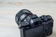 在白色背景的一台黑照相机 免版税图库摄影