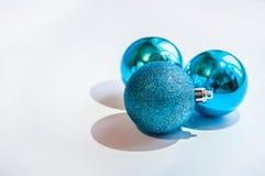 在白色背景的三个蓝色装饰球 免版税库存图片