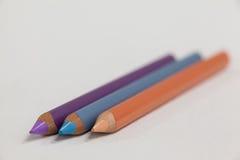 在白色背景的三支色的铅笔 免版税库存照片