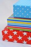 在白色背景的三件色的礼物 免版税图库摄影