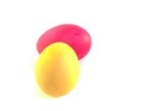 在白色背景的两个五颜六色的复活节彩蛋 免版税库存图片