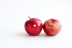 在白色背景的两个可爱的红色苹果 免版税图库摄影