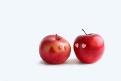 在白色背景的两个可爱的红色苹果 免版税库存照片
