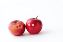 在白色背景的两个可爱的红色苹果 免版税库存图片