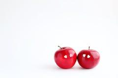 在白色背景的两个可爱的红色苹果 图库摄影