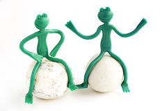 在白色背景的两个玩具青蛙 免版税库存图片