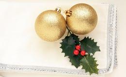 在白色背景的两个金子圣诞节球 免版税库存图片