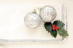 在白色背景的两个银色圣诞节球 免版税图库摄影