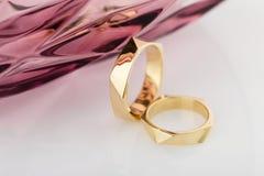 在白色背景的两只几何设计婚礼金戒指与 库存照片