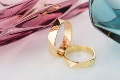 在白色背景的两只几何设计婚礼金戒指与 库存图片